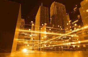 cidade com luzes amarelas