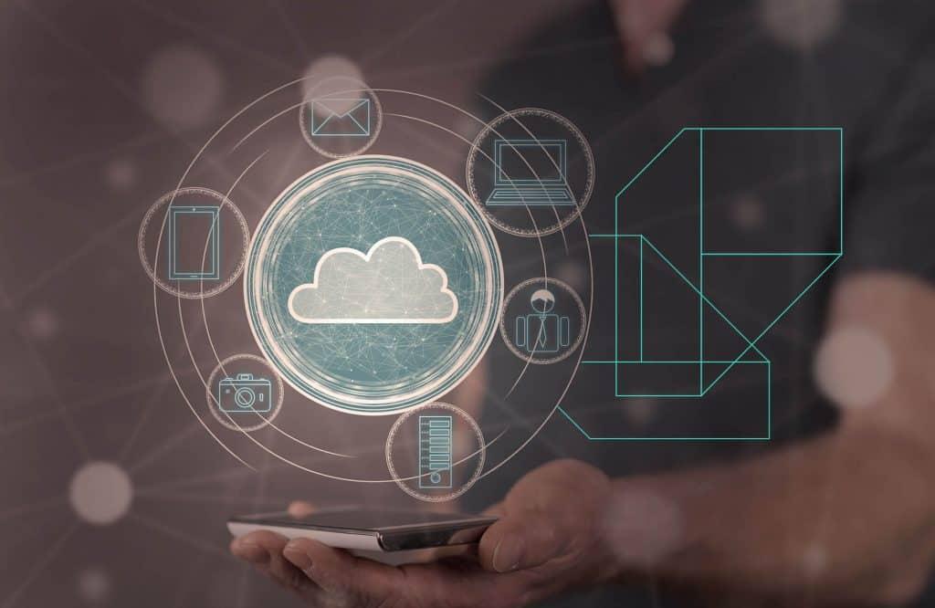 Homem segurando um celular e símbolo de nuvem