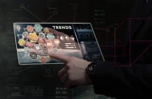 Homem usando tablet futurista